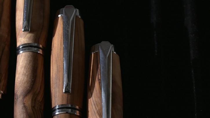 Výroba luxusních dřevěných psacích per