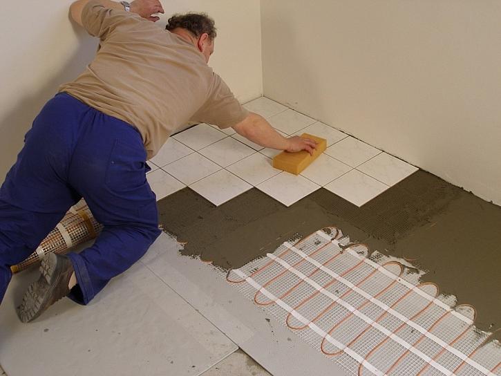 Instalujeme izolační desky pod podlahové rohože a kabely Ecofloor pod dlažbou