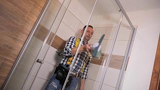 Čištění skel sprchového koutu
