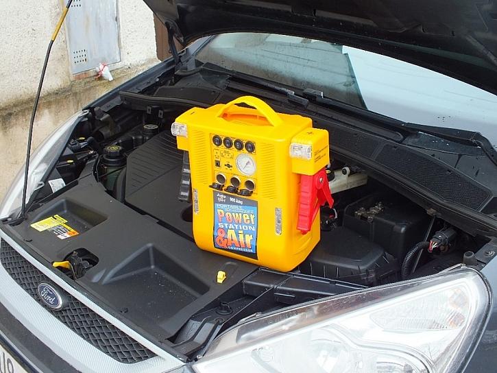 Přenosný startovací zdroj s kompresorem
