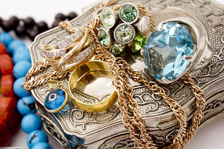 Zlaté a stříbrné šperky potřebují čas od času vyčistit (Zdroj: Depositphotos)