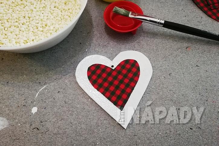 Srdíčka z jahelných pukanců: natřete lepidlem