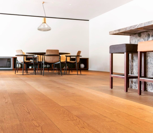 Podlaha je natřená přípravkem FORTICO, který je vhodný pro zatěžované podlahy