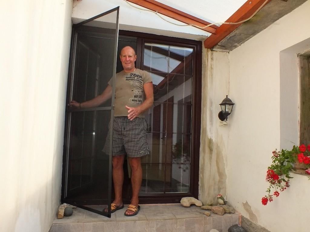 Sítě proti hmyzu do oken i dveří zastaví nevítané návštěvníky