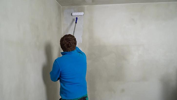 Začali jsme s výmalbou vnitřních stěn, které po dohodě s architekty budou klasicky bílé