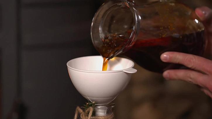 Lití sirupu do sklenice