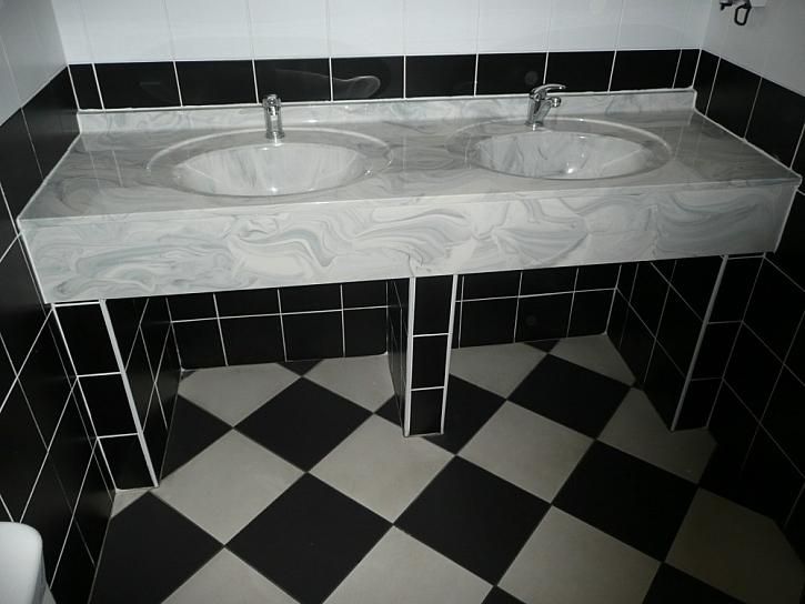 Černobílá koupelna