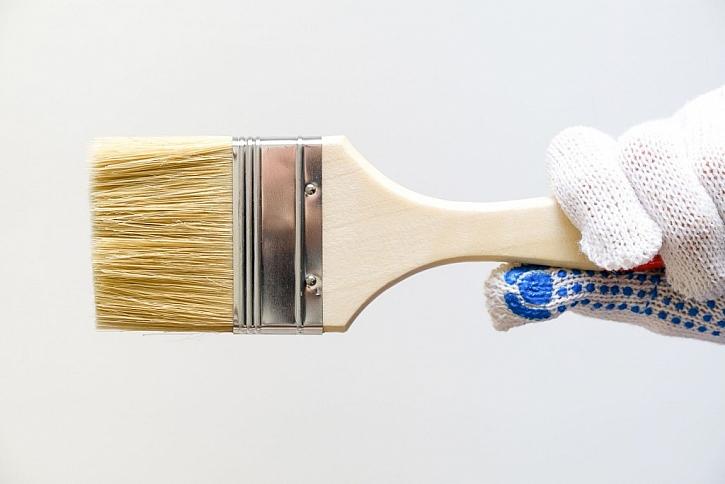 Obyčejnou barvu na stěně můžete natřít speciálním bezbarvým lakem