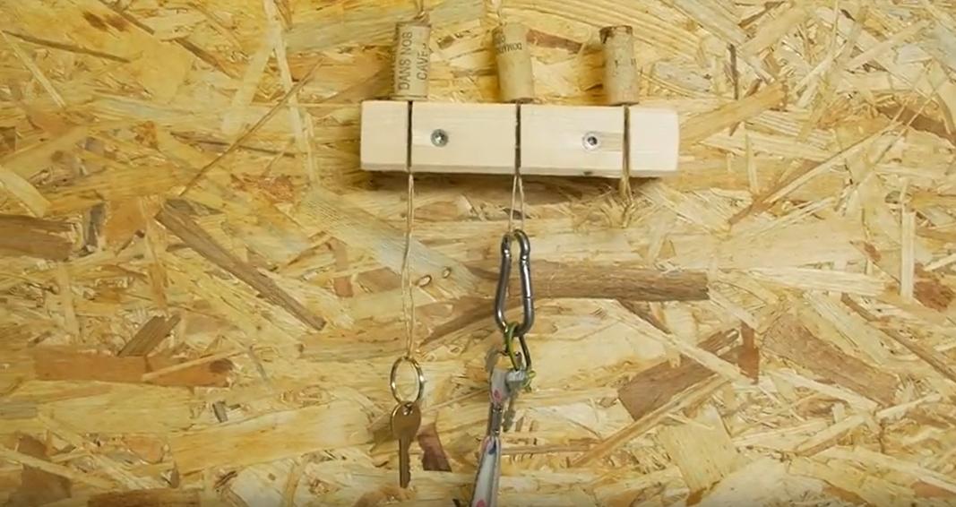 Věšák a korkové přívěsky na klíče