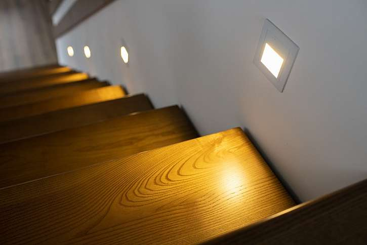 Zapuštěné svítidlo osvětluje částečně plochu schodu, přitom ale neoslňuje