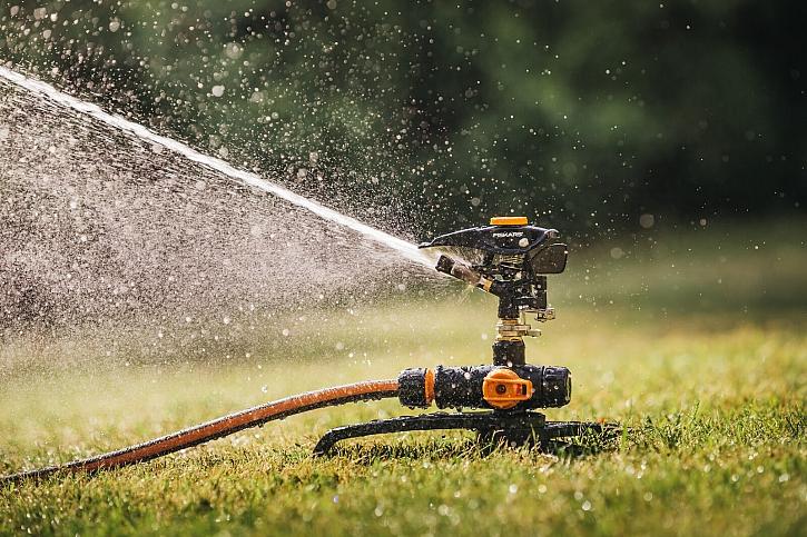 Fiskars_Gardening_Watering_Action_OnOff_Pulsating_Sprinkler_Tripod_base_1027050