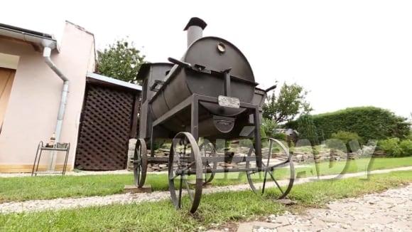 Gril v podobě lokomotivy