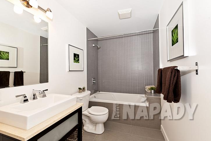 Moderní koupelna se zrcadlem, umyvadlem, toaletou a vanou