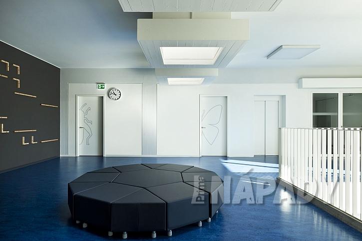 Modré linoleum v chodbě školy