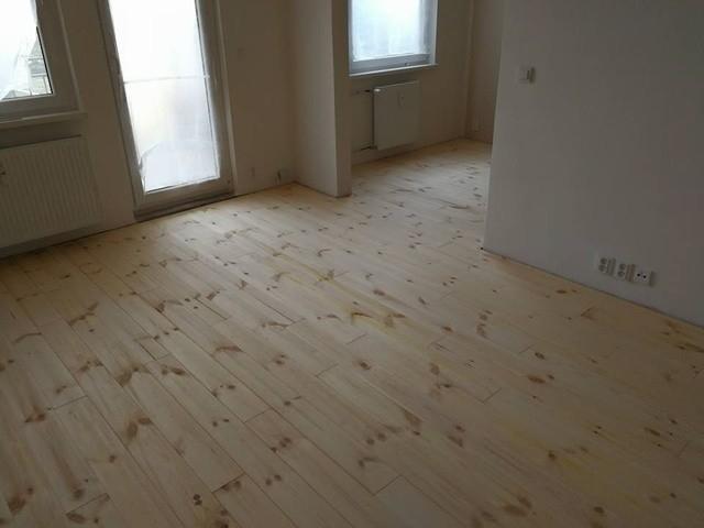 Masivní borovicová podlaha Feel Wood v panelovém bytě.