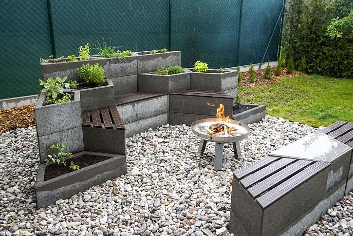 Jak si rychle postavit zahradní sezení a záhon bylinek v jednom (Zdroj: Liapor)