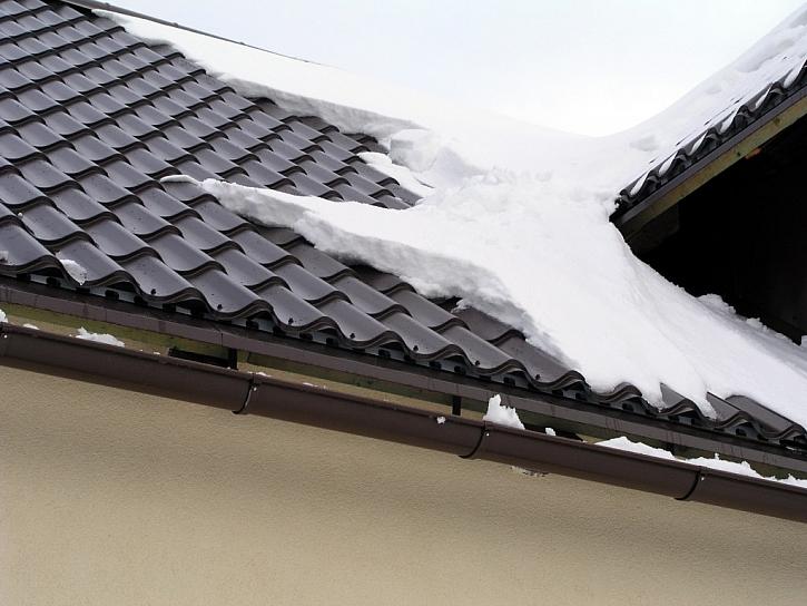 Nezapomeňte na okapy pro sněhu na střeše