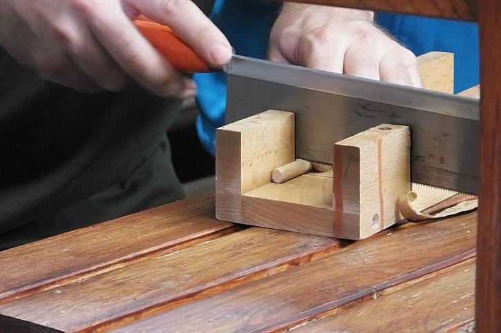 řezání dřeva pilkou