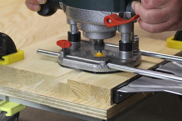 Od roztočeného nože frézy odletují štěpky dřeva