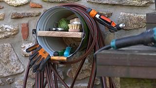 Jak vyrobit praktický držák na zahradní hadici