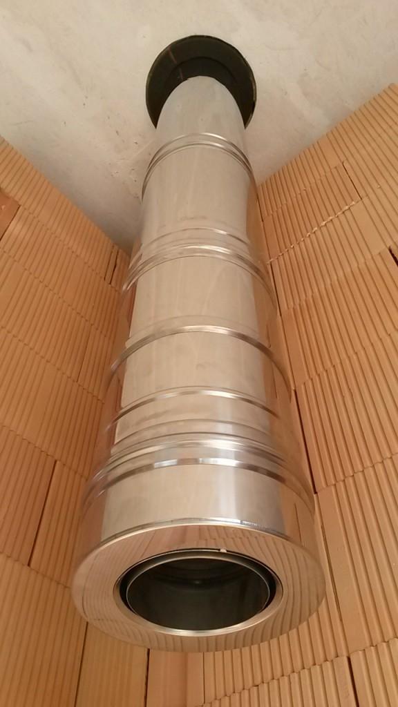 Nerezový komín Schiedel ICS50 DN 150 použitý jako svislý kouřovod v novostavbě.