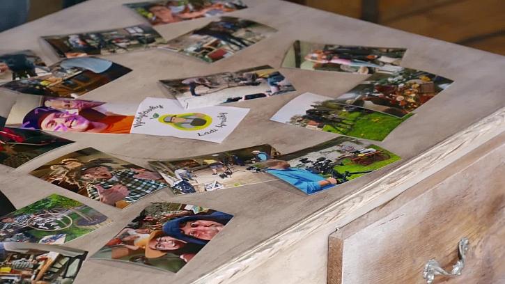 Rozložení fotek na stolečku