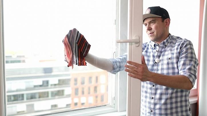 Předvánoční čištění oken je noční můra