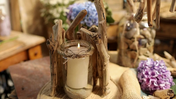 Elegantní svícen ze starých klacíků