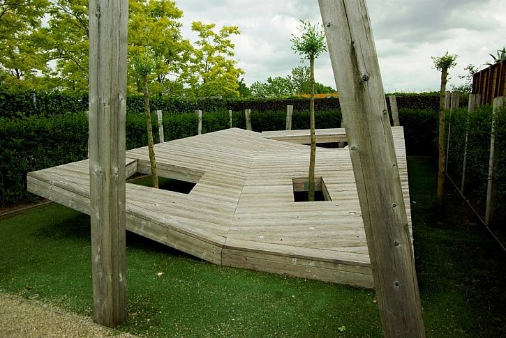Moderní použití dřeva na asymetrickou opalovací plochu