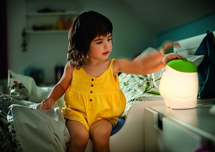 Dojít si v noci na toaletu zvládne i malá slečna, lehkým stiskem rozsvítí lampičku na nočním stolku a jde se