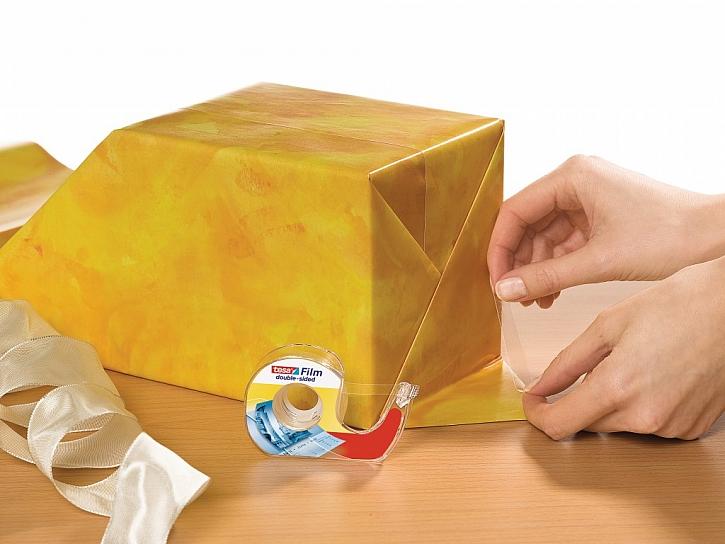 Balení dárků nebylo nikdy jednodušší - lepící páska značky tesa
