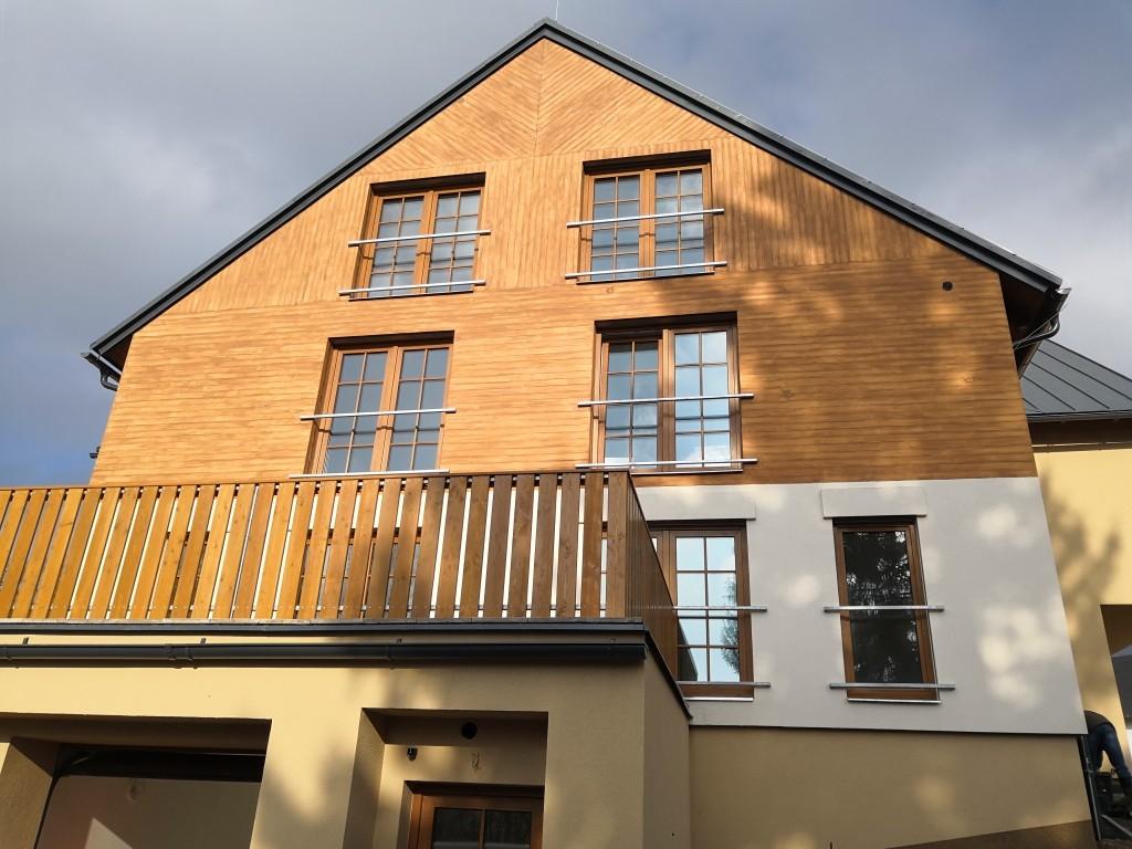 Horské apartmány s fasádou s imitací přírodního dřeva