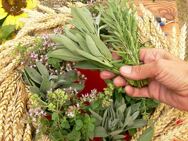 Výroba letního věnce s otvorem na ovoce