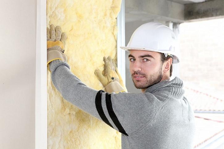 Prostor mezi stěnou pokoje a sádrokartonem je ideální vyplnit minerální vatou