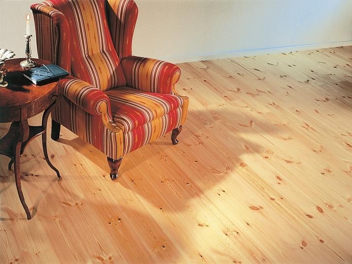Borovicová podlaha FeelWood má krásnou kresbu dřeva a je vhodná i do tmavších prostor
