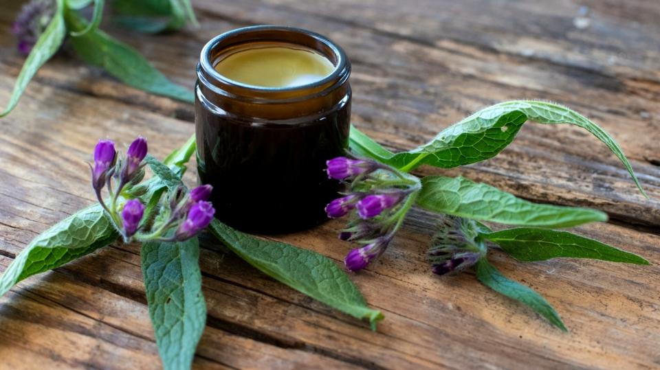 Hledáte přírodní lék na bolavé klouby? Nejlepší je domácí kostivalová mast, fakt