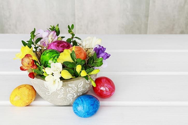 Velikonoční dekorace z frézií zdobí i voní zároveň (Zdroj: Depositphotos)