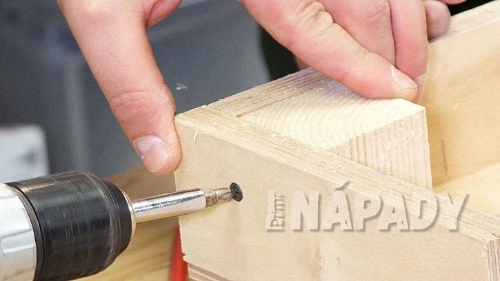 Jak vyrobit plastickou ozdobu: do rohu rámečkuvložímedřevěnou kostku