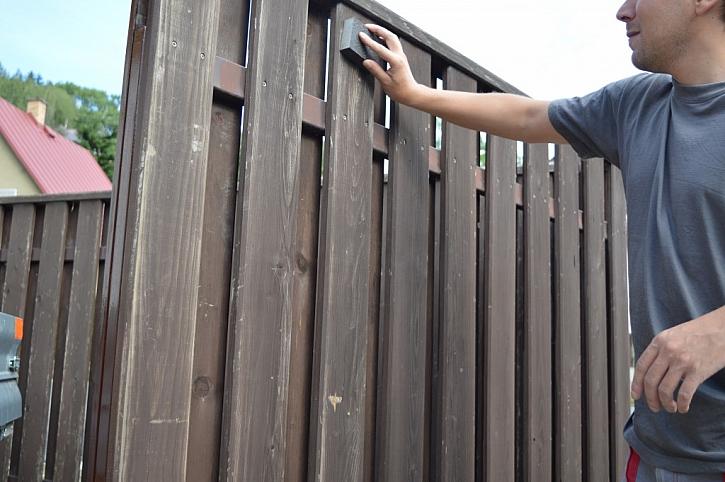 Dřevěný plot je nutné před nátěrem pečlivě obrousit a zdrsnit