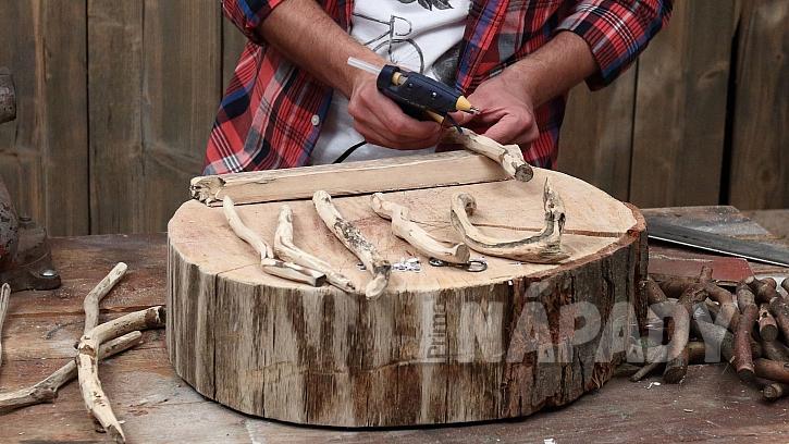 DIY vítací cedulka na dveře: klacíky nalepíme na zadní stranu prkna