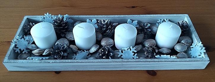 Zajímavý a netradiční svícen z přírodních dekorací (Zdroj: Šárka Miškovská)