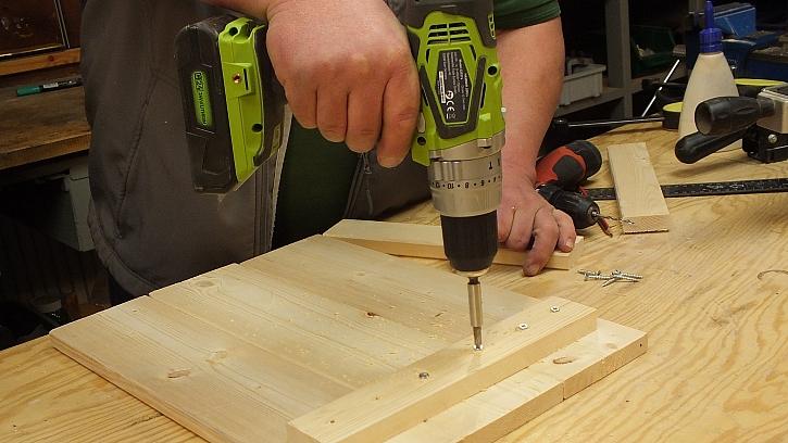 Jak vyrobit domovní číslo: na spojení použijeme vruty do dřeva