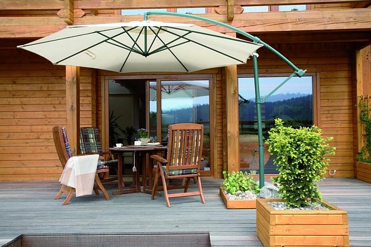 Dřevěná terasa lákající k odpočinku