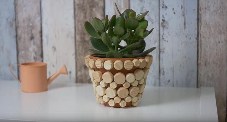 Dekorativní květináč s dřevěnými špalíčky: Vytvořte si obaly na květiny ve stylu natur