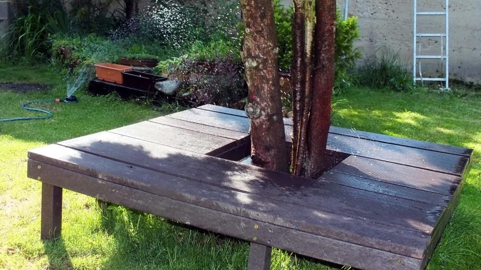 Jak si udělat na zahradu univerzální abezúdržbovou lavičku? Nejlépe zodolného materiálu Traplast