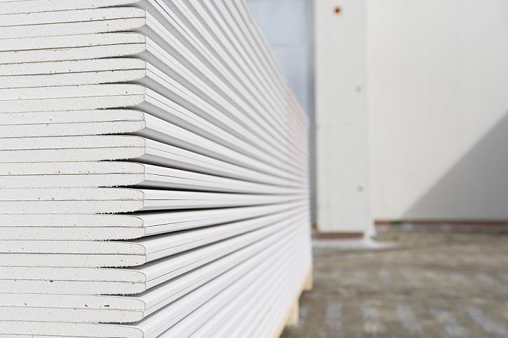 Základní sádrokartonová deska pro stavbu příček či podhledů.