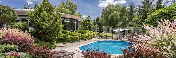 Upravené okolí bazénu skvěle ladí s celým konceptem zahrady (Zdroj: Depositphotos.com)