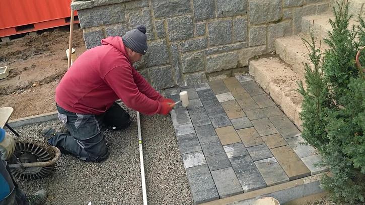 Příprava zámkové dlažby kolem domu