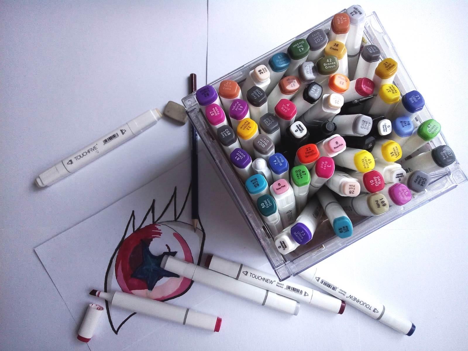 Recyklací starých CD obalů vznikne praktický stojan na tužky