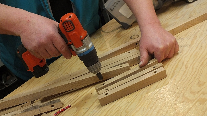 Dřevěná houpací síť: hrany provrtaných otvorů začistíme